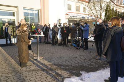 Kong Harald og dronning Sonja besøkte søndag Gjerdrum kommune. Her møter de mediene etter å ha besøkt pårørende og evakuerte på Olavsgaard hotell.