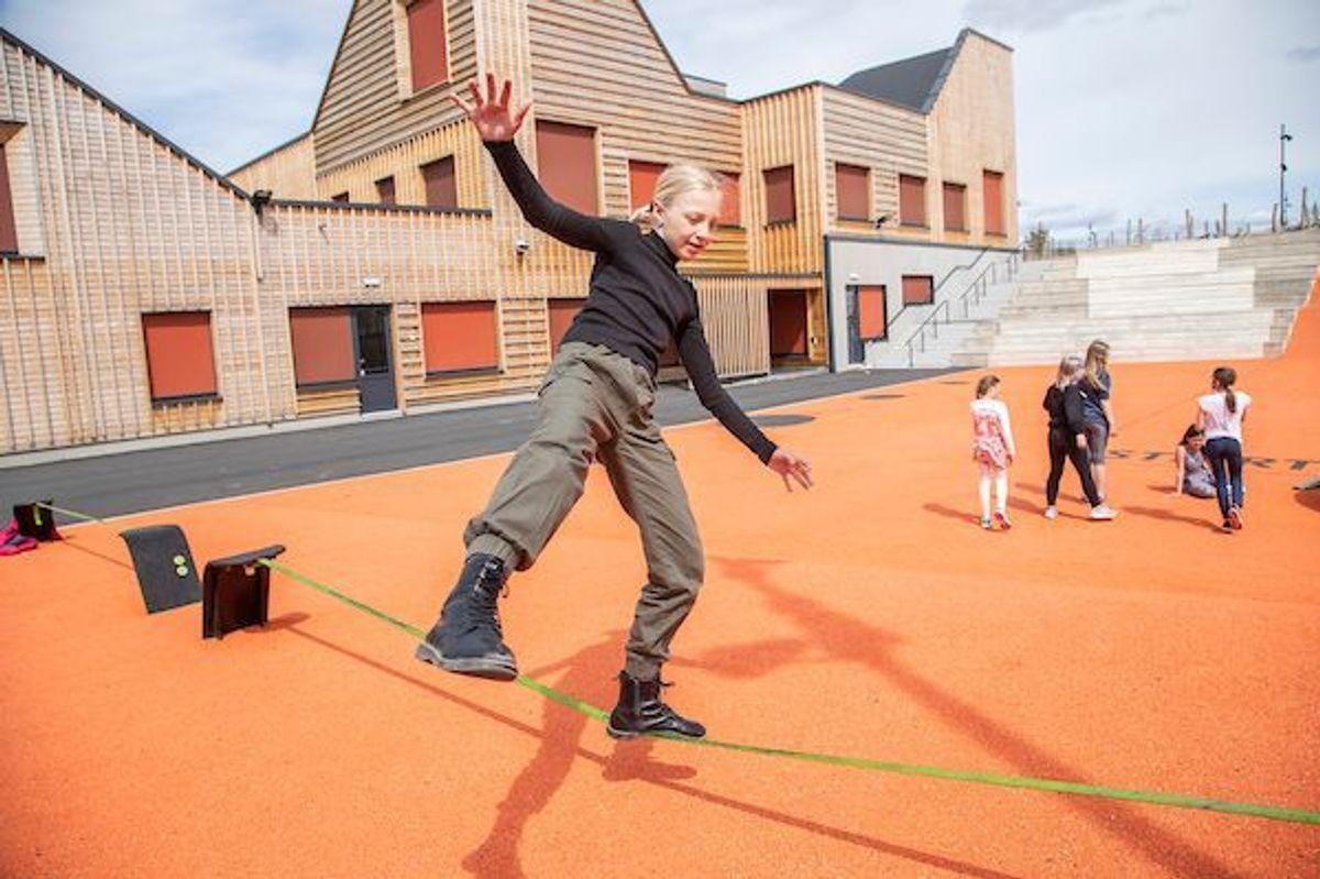BALANSEKUNSTNER: Margrete Hangård (11) stortrives på Ydalir skole, hvor det mye gøy å finne på i friminuttene.  (Foto:Fredrik Naumann/Felix Features)