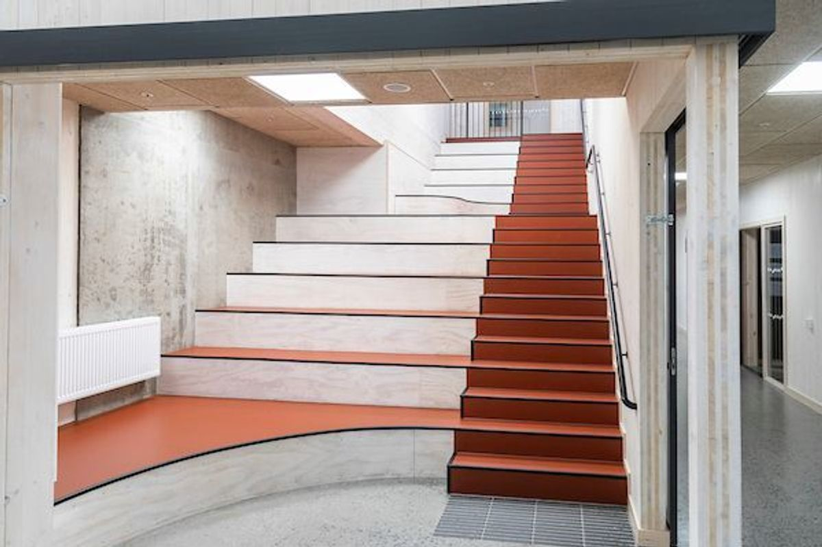 INGEN DØDPLASS: Trappa brukes også til sittebenker og samlingsplass. Trinn, avsatser og håndløper er markert med kontrastfarger. (Foto: Fredrik Naumann/Felix Features)