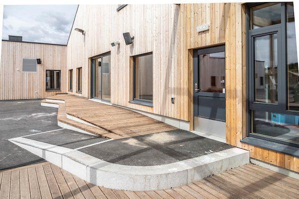 GLIDENDE OVERGANGER: I barnehagen er det lett å rulle opp til inngangsdøra – eller bort på benkene som brukes blant annet til samlinger. (Foto: Fredrik Naumann/Felix Features)