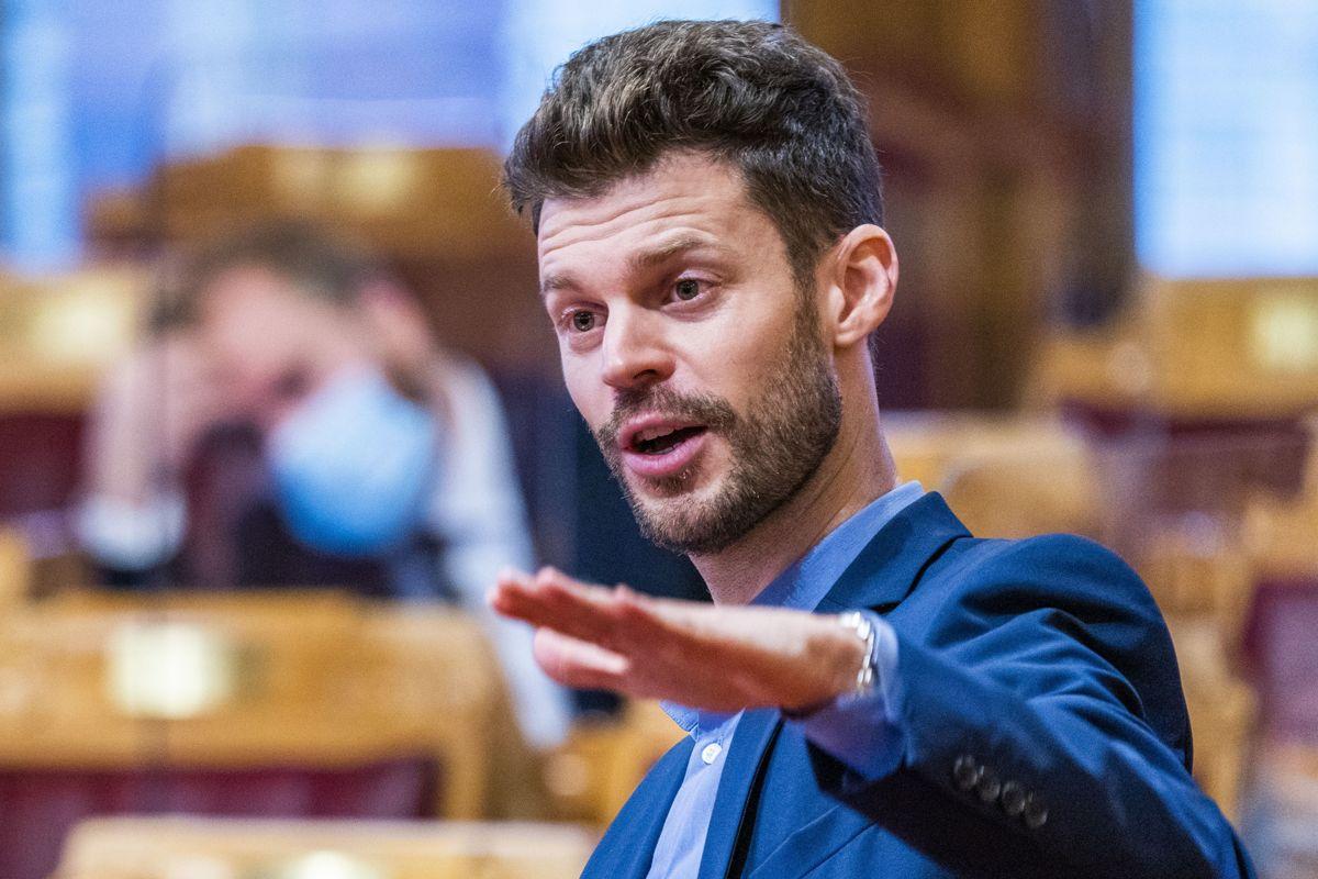 Politikerlønningene må jekkes kraftig ned, mener Rødt-leder Bjørnar Moxnes. Onsdag overleverer Godtgjørelsesutvalget sine anbefalinger om landets politikerlønninger.