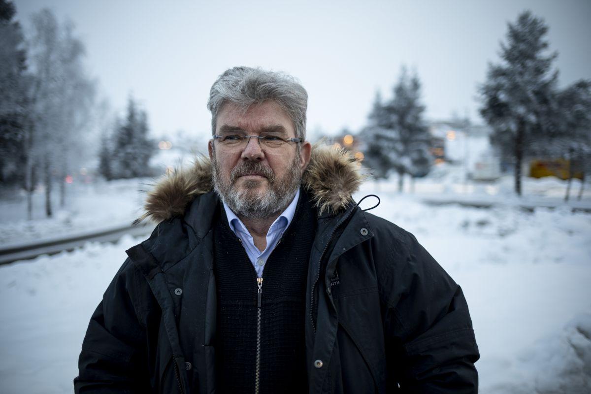 Her er ordfører Hans Thue fotografert ved Nygårdstoppen, området der ni husstander ble evakuert like før jul, av frykt for kvikkleireskred.