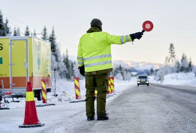 – Regjeringen har bestemt at alle som kommer til landet, skal testes ved grensepassering. Dette er et viktig tiltak for å begrense import av smitte, sier helsedirektør Bjørn Guldvog. Bildet er fra grenseen mot Sverige i Meråker.