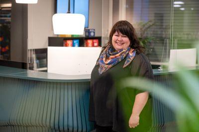 Anja Østerli i Asker kommune foran resepsjonen laget av ombruksmateriale. Foto: Per-Christian Lind