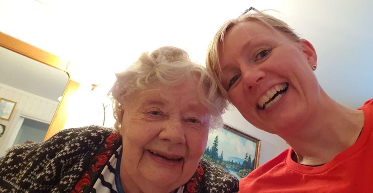 Wenche Rognås og moren Hjørdis Rognås (90), som døde etter å ha blitt smittet av korona i omsorgsboligen hun bodde i.