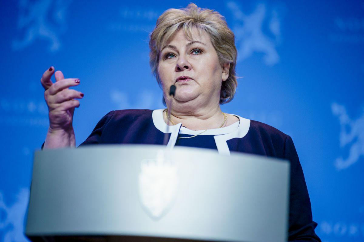 Her er statsminister Erna Solberg under pressekonferansen om nye økonomiske tiltak i møte med koronapandemien.