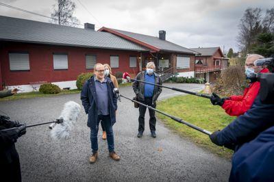 Kommuneoverlege Carl Magnus Jensen i Eidsvoll kommune trives godt i jobben, men han legger ikke skjul på at det kan være hektisk. I fjor opplevde kommunen flere dødsfall på et sykehjem. Medietrykket og informasjonsbehovet var stort, i tillegg til andre viktige oppgaver.