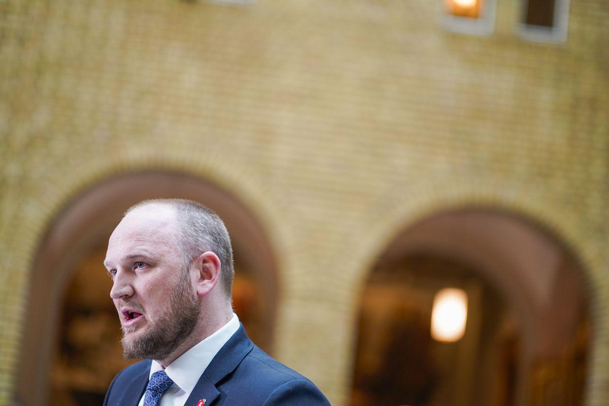 Fremskrittspartiets energi- og miljøpolitiske talsmann Jon Georg Dale reagerer kraftig på Aps nei til kvotekjøp fra utlandet.