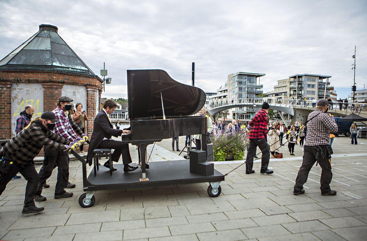 Kultursektoren er et nødvendig velferdstilbud til befolkningen, skriver lederne i Norsk kulturforum. Bildet er fra et innslag på NOKU-konferansen i fjor med «Flygel – den umulige reisen» av Østfold Internasjonale Teater.