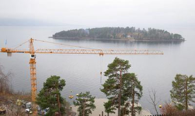 Byggeaktiviteten på Utøyakaia og oppføringen av minnestedet etter 22. juli-terroren blir ikke stanset. Nå håper AUF at minnesmerket er klart til tiårsdagen for massakren.
