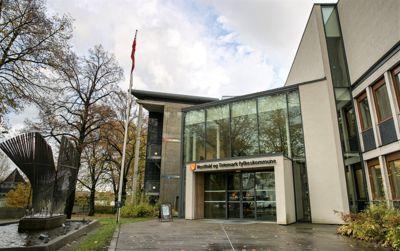 Ledelsen i Vestfold og Telemark fylkeskommune gir forskjellige begrunnelser for hvorfor rapporten om varslingen mot økonomidirektøren er hemmelig.