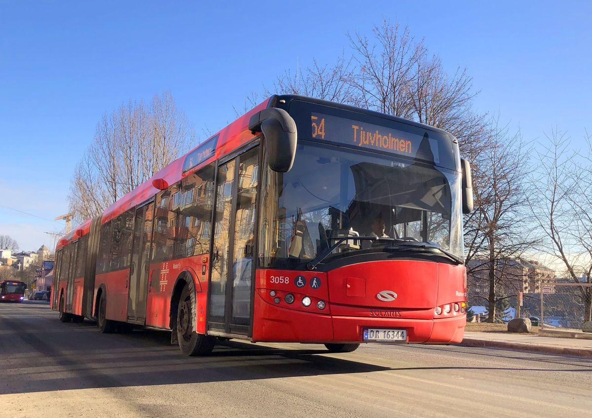 Få utslippsfrie alternativer for tyngre kjøretøy, men Oslo kommune stiller klimakrav til kollektivtransporten. Busstransporten i Oslo er fossilfri, og skal være utslippsfri innen 2028. Ruter følger opp dette i kontrakter med alle operatørene, opplyser miljøbyråd Lan Marie Berg.