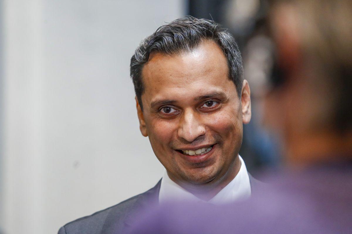 Mudassar Kapur (H), lederen av Stortingets finanskomité, legger fram en flertallsinnstilling hvor det foreslås å øke den kommunale krisepakken med 750 millioner kroner.