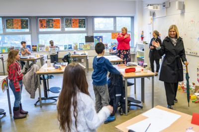 Kunnskapsminister Guri Melby (V) har besøkt mangt et klasserom i koronatiden. Men å sikre lærerne kompensasjon for alt ekstraarbeidet pandemien har medført, er ikke hennes bord, mener hun.