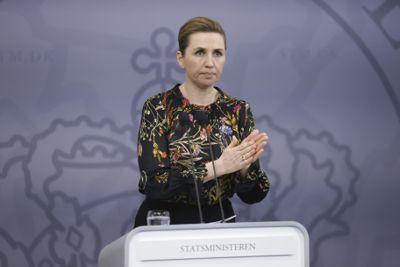 Et flertall av danske politikere vil at statsminister Mette Frederiksen og regjeringen skal se på den norske skolemodellen under koronapandemien.