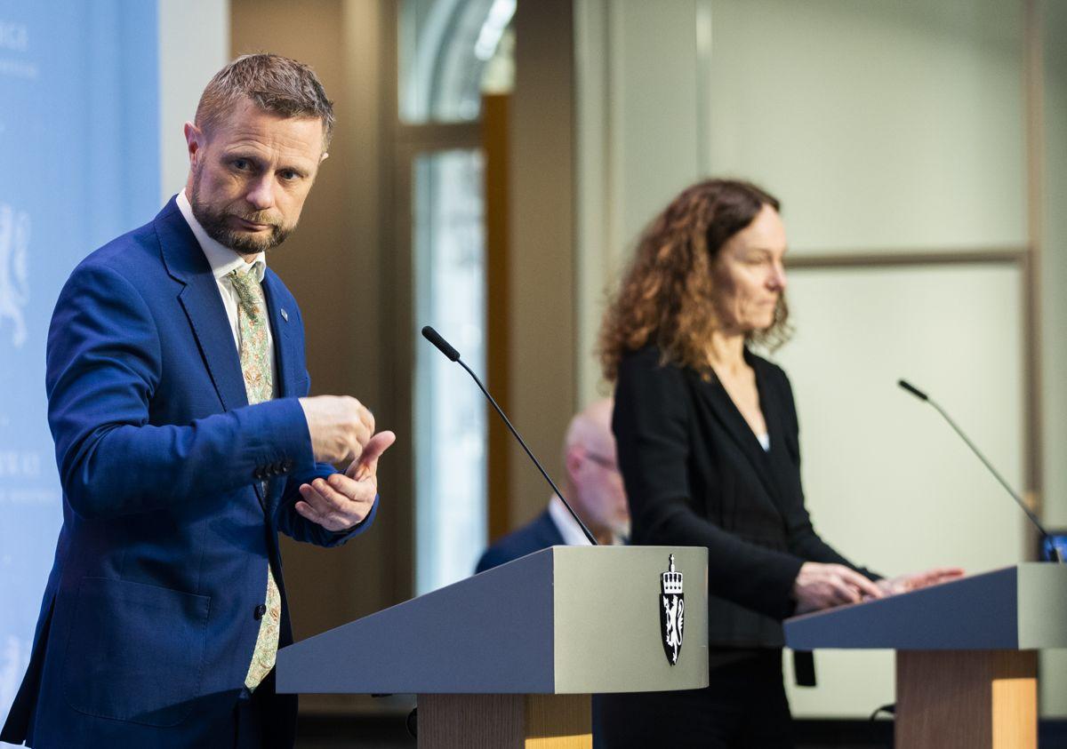 Helse- og omsorgsminister Bent Høie og direktør Camilla Stoltenberg ved Folkehelseinstituttet på tirsdagens pressekonferanse om vaksinestrategi.