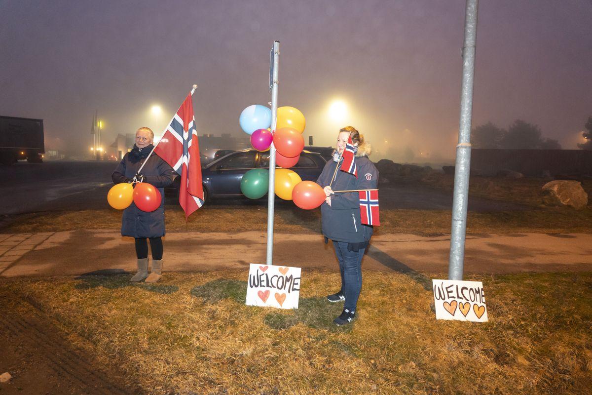 Henriette Lycke Røed og Birgitte Andreassen ventet onsdag kveld på flyktningene fra Moria-leiren med flagg, ballonger og plakater ved ankomstsenteret i Råde.