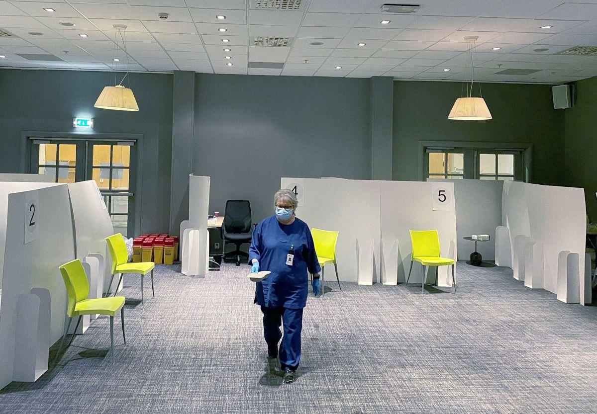 Unio tar ut sykepleiere i streik fra i dag, men forsikrer at det ikke skal ramme håndteringen av koronakrisen. Bildet er fra et vaksinesenter i Sarpsborg, hvor det foreløpig ikke er tatt ut noen i streik.