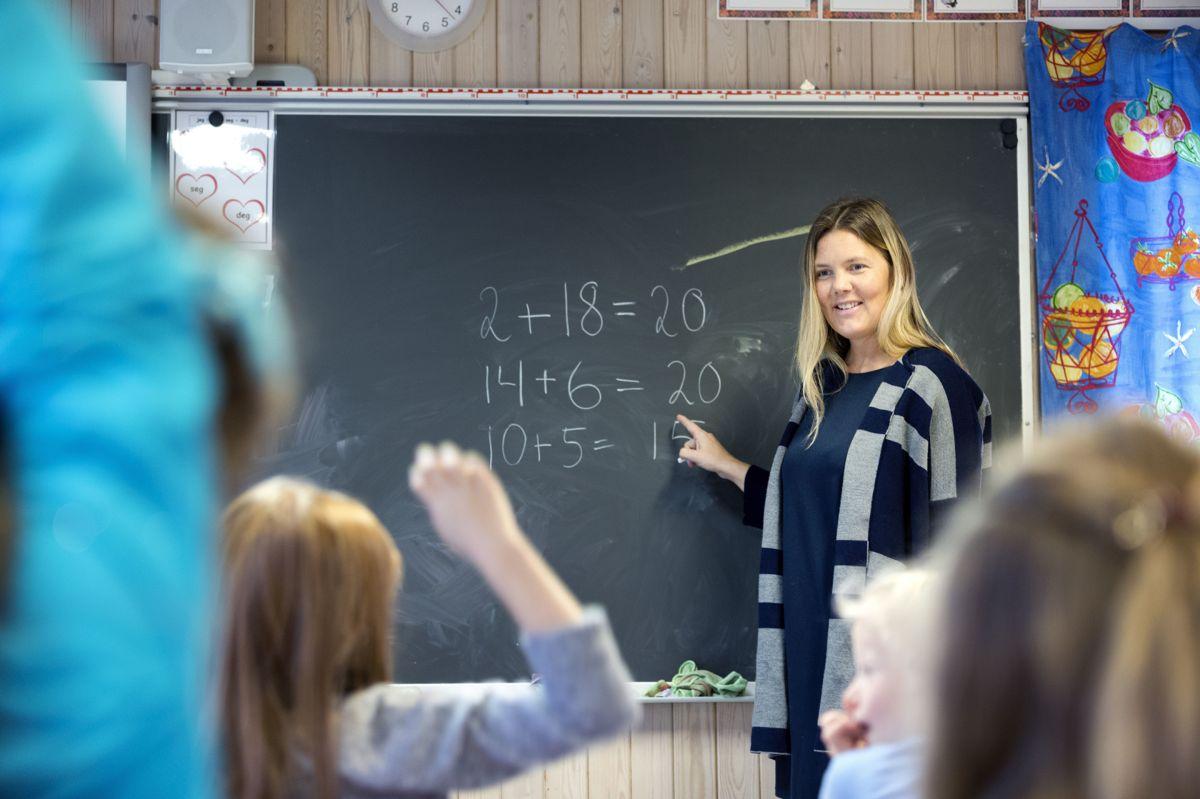 Unge kvinner velger generelt oftere høyere utdanning enn unge menn. Og de blir raskere ferdig med den. Det fører til høyere lønn i aldersgruppene opp til 30 år.