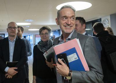 Tor Arne Gangsø (KS) (i front), Mette Nord (LO) (bak), Lizzie Ruud Thorkildsen (YS) (bak) og Steffen Handal (Unio), under forhandlingsstart i kommuneoppgjøret i fjor.