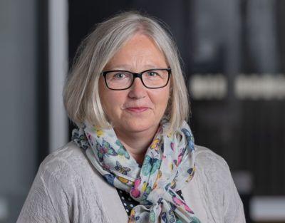 Leder Rita Helgesen i Norsk Lektorlag ønsker strengere smittevernregler i skoler.