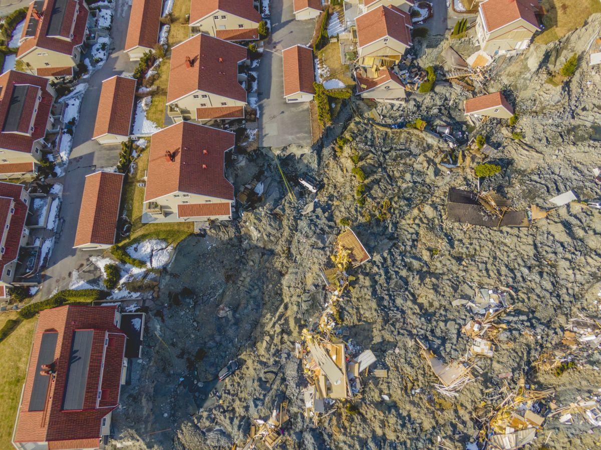 Dronebilder fra skredområdet i Ask tatt i mars i år. Kartleggingen av hva man skal gjøre med grunnen, er bare så vidt startet.