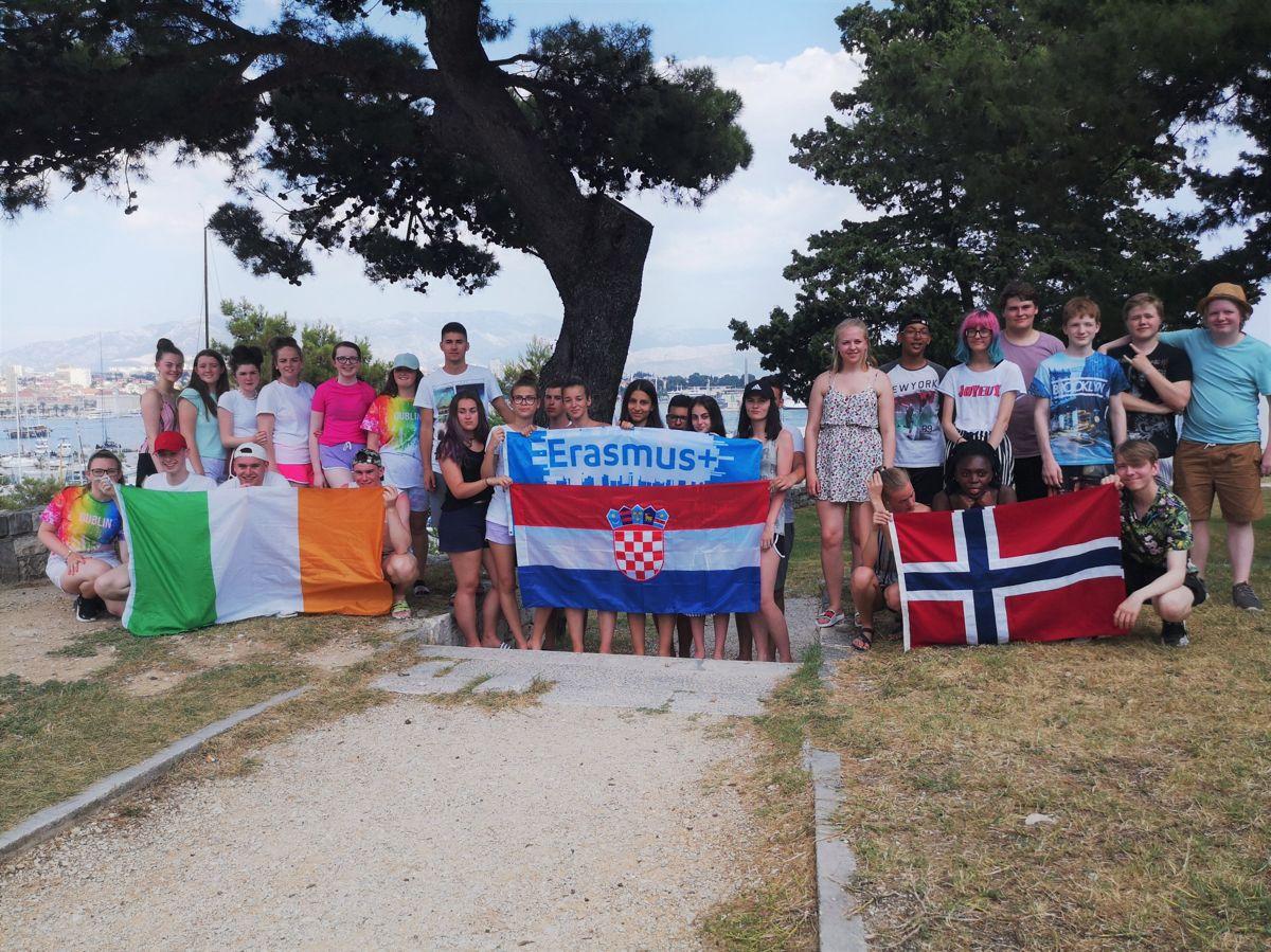I 2019 reiste ungdommer fra Steinkjer kommune til Split i Kroatia, og ble kjent med ungdommer derfra og fra Dublin i Irland. Trønderkommunen har vært flittige brukere av Erasmus+-programmet siden 1996, og Ungdomstjenestens internasjonale arbeid har blitt lagt merke i både kommunen og regionen.