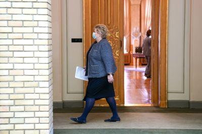 Statsminister Erna Solberg ankommer Stortinget onsdag, hvor hun skal skissere en plan for hvordan Norge skal åpne igjen.
