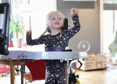 Ella (4) er blant dem som har brukerstyrt personlig assistanse.
