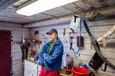 – Veldig uheldig, sier ordfører Anders Østensen (Ap) i Gjerdrum om at kommunen bare får deler av beløpet den har søkt om til psykososial oppfølging etter skredet. Her er han avbildet i sauefjøset på sin egen gård i april.
