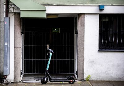 Loven som nå blir vedtatt, gir kommunene rett til å lage soner på offentlig grunn hvor sparkesyklene må utplasseres og parkeres.