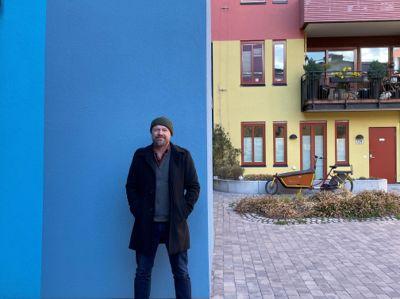 Byråd for byutvikling Rasmus Reinvang (MDG) i Oslo kommune vil ha farger i bybildet. Bildet er tatt ved Arkitektkontoret Kari Nissen Brodtkorbs prosjekt på Sørenga i Oslo.