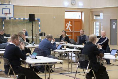 Statsforvalteren skal være varsom med å overprøve beslutninger som hører til det lokalpolitiske skjønnet, mener stortingsrepresentant Norunn Tveten Benestad fra Høyre. Bildet er fra kommunestyremøtet i Hjartdal kommune i mai i år.
