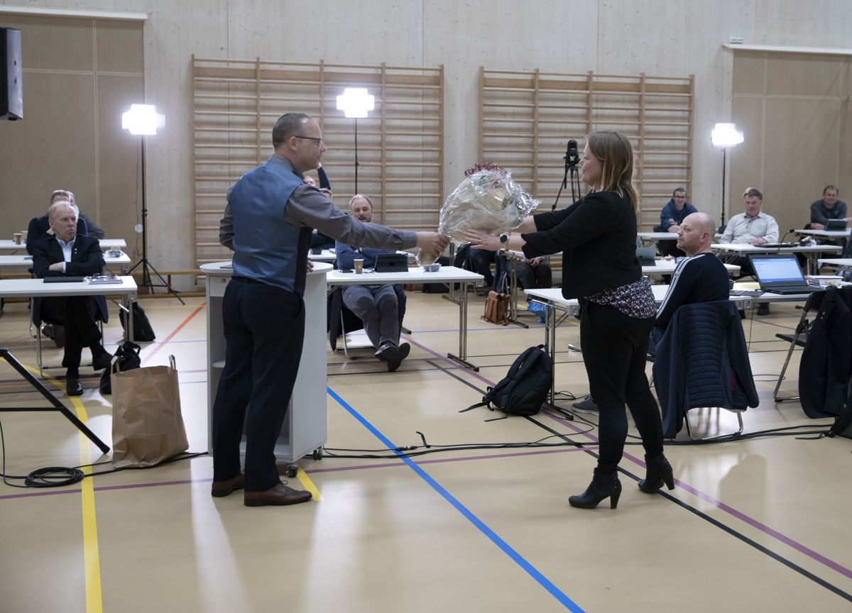 Avtroppende rådmann Stine Nyheim Folseraas ble takket for et godt samarbeid og god innsats da ordfører Bengt Halvard Odden i Hjartdal ga henne blomster under kommunestyremøtet i mai.