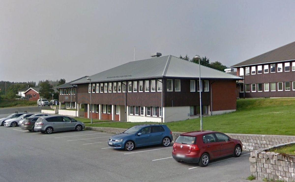 Et team fra Statsforvalteren vil undersøke hva som skjedde da en mann ble brannskadet i et bofellesskap i Frøya kommune. Her fra Frøya rådhus.