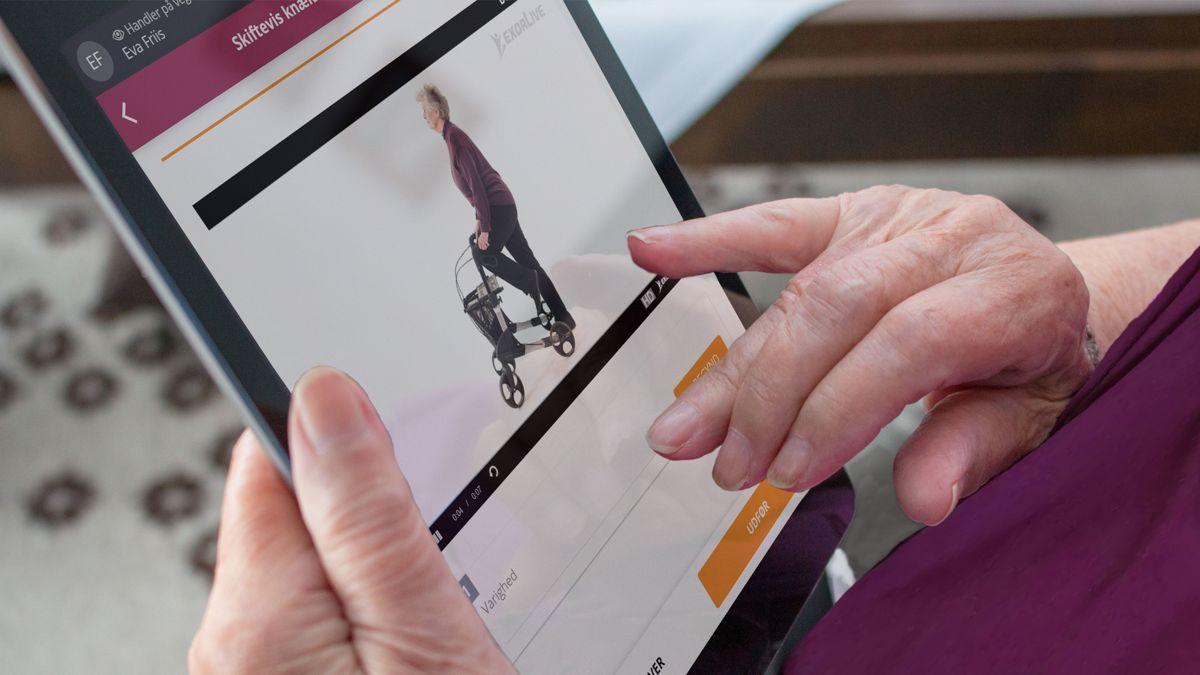Hjemmehjelperen finner enkelt brukeren og deres treningsprogram på ExorLive Assistant. Øvelsene er tydelig forklart ved hjelp av bilder, tekst og video.