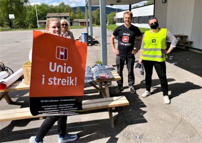 Streikevaktene utenfor Dønski videregående skole i Bærum, Martine Amundsen (f.h.), Gunnar Smith, Aina Eggen og Katarina Kvam, forteller at streikeviljen er stor.