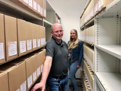 Arkivleder Heidi Kjørsvik-Fossen mener tilsyn fra Arkivverket ikke er noe å frykte. Et tilsyn gir en fullstendig gjennomgang av arkivtjenesten og en mulighet til å forbedre tjenesten, mener hun. Her sammen med arkivar Stig Ingstad.