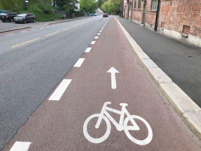 Før sto det biler parkert her i Bentsebrugata på Sagene. Nå har sykkelfeltet overtatt plassen.