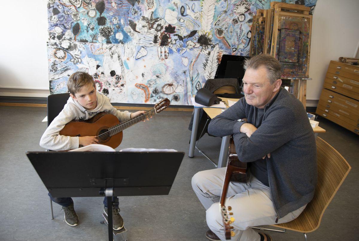 Kulturskolen er en viktig del av kulturtilbudet til barn- og unge. Detter er fra Ås hvor gitarlærer Reidar Edvardsen og elev Lukas Ekholt har time.