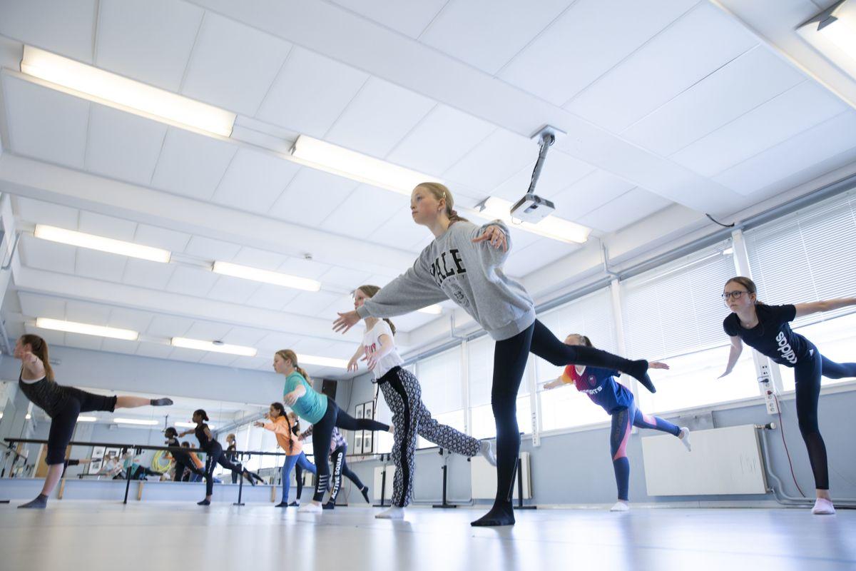 Der kulturen er mer til stede i planverket, brukes det mer penger på kultur per innbygger, viser en rapport fra Telemarksforsking. Her er jazzdansklassen i Ås i aksjon med lærer Kristine Olsen.
