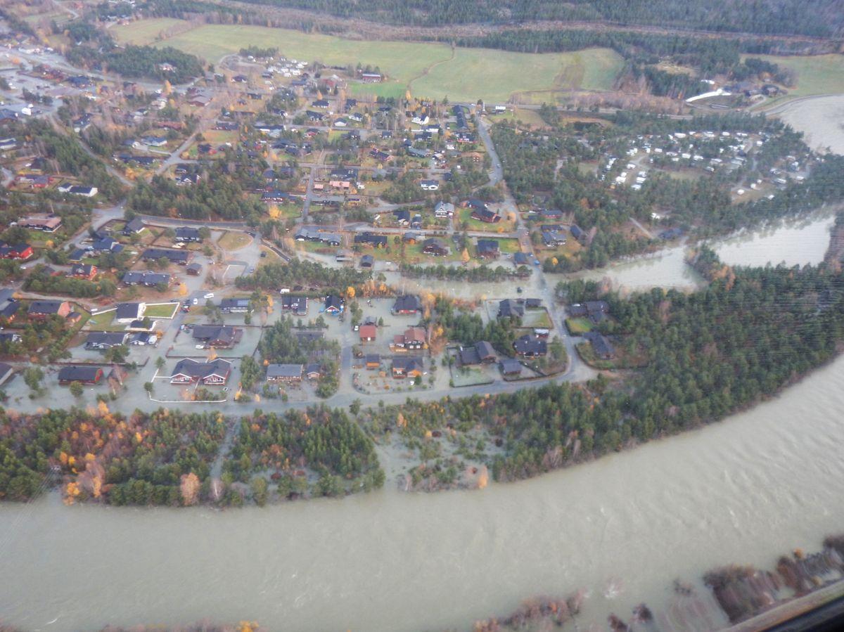 Flommen i 2018 kom brått på folk i Nord-Gudbrandsdalen da regn og plutselig temperaturstigning førte til massiv snøsmelting i fjellet. Skadene ble enorme. (Foto: Tore Leirvik, NVE)
