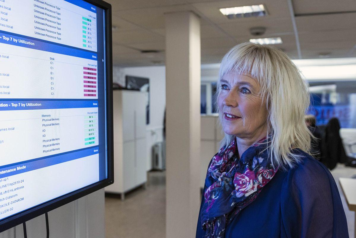 Leder Elin Wikmark Darell for Værnesregionen IT skal utrede om regionen skal gå for sin egen pasientjournal og kommunikasjonsløsning. Her sjekker hun etovervåkingsbilde over nettverket i Værnesregionen.