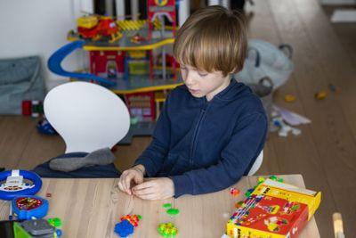Den nye rammeplanen for SFO skal gjelde fra 1. august. Fysisk aktivitet og mat og måltidsgleder er viktige områder for SFO å jobbe med. Det er også viktig at alle barn blir sett og inkludert i leken og i aktivitetene, sier kunnskapsminister Guri Melby (V).