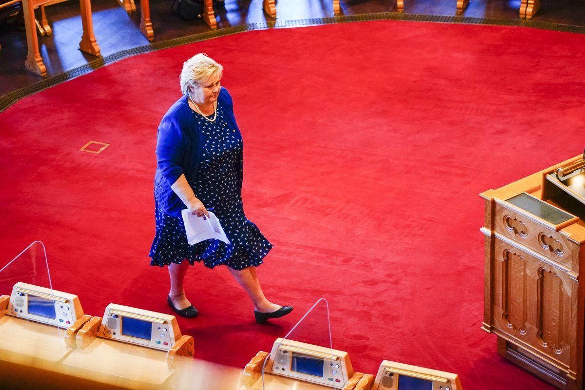 Statsminister Erna Solberg (H) på vei opp på talerstolen i Stortinget.