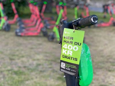 I flere kommuner pålegger politikerne nå utleiere av sparkesykler å sperre dem mot bruk nattetid.