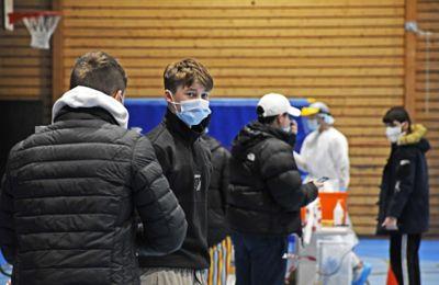 Koronakrisen har gått hardt utover barn og unge. På bildet massetestes elever ved Tromsdalen videregående skole. Tre videregående skoler i Tromsø ble stengt under et smitteutbrudd.