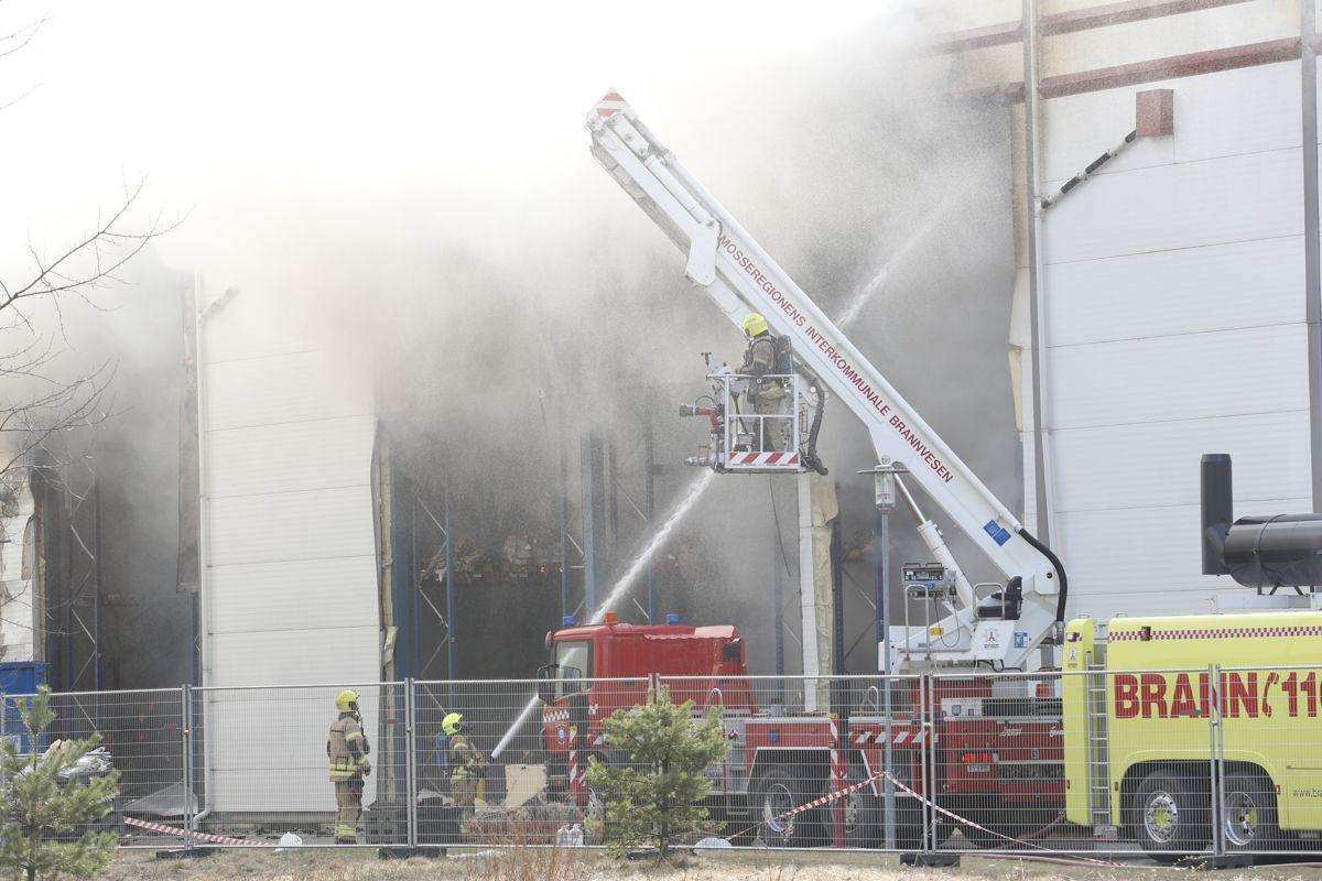 Sms-varsling hadde vært til hjelp da en stor brann hos Asko i Vestby i 2017 gjorde at folk måtte evakueres, og gamle E6 måtte stenges i rushtida, skriver tre ordførere.