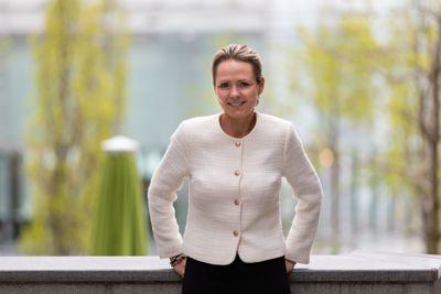 Distriktsminister Linda Hofstad Helleland (H) mener det er mangel på tilrettelagte boliger for eldre i distriktene, særlig der det er liten omsetningsaktivitet i boligmarkedet, lave priser på brukte boliger og lite eller ingen nybygging.