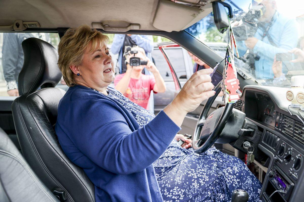 Statsminister Erna Solberg (H) fikk kjøre med rånere da hun besøkte Bø i Midt-Telemark kommune. Regjeringen vil gjøre småbyer til regionale motorer i sin distriktspolitiske strategi.